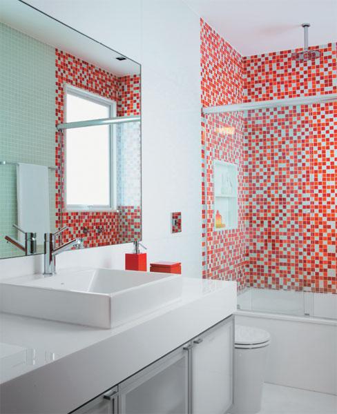 Banheiros decorados com pastilhas de vidro vermelhas