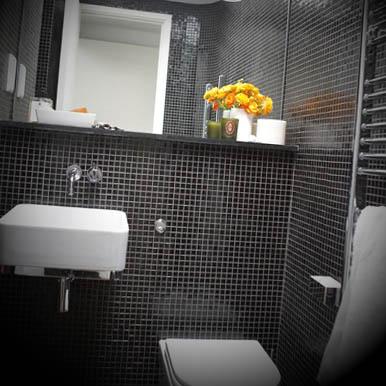Decoracao de banheiro preto com branco