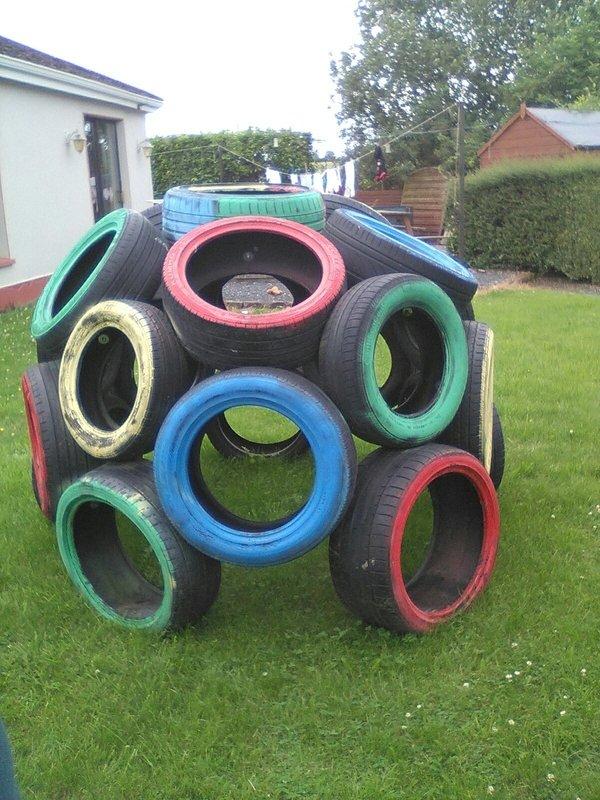 area de brincadeira para as criancas com material reciclado