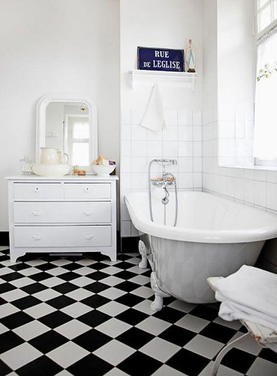 banheiro preto branco xadrez