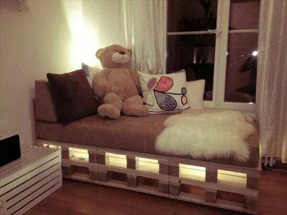 cama de paletes de madeira com luzes 1