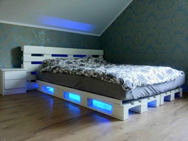 cama de paletes de madeira com luzes 10