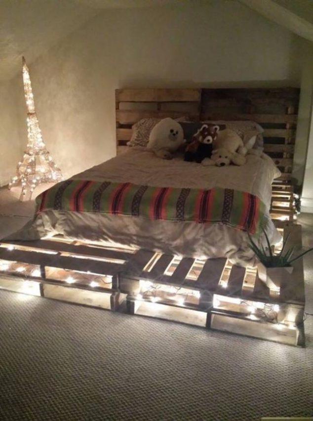 cama de paletes de madeira com luzes