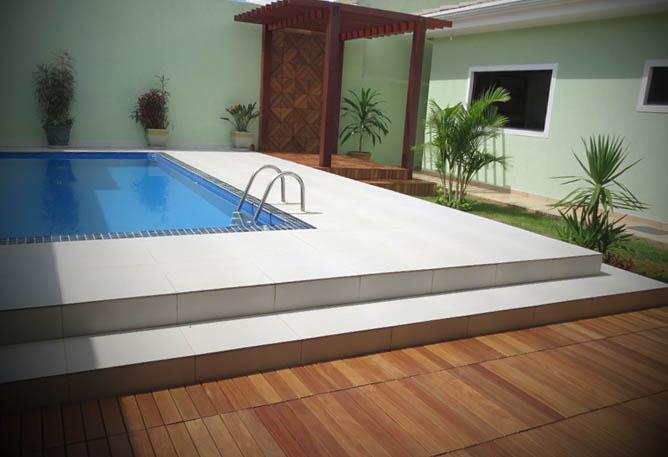 deck madeira piscina modelo