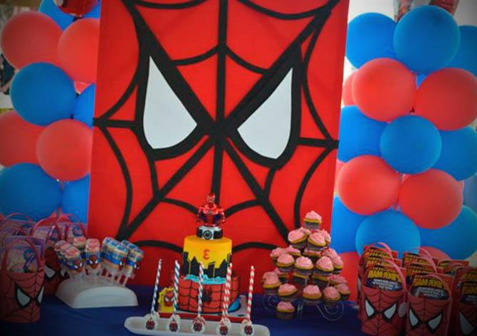 homem aranha domindo a festa