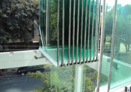 janela cortina de vidro aberta
