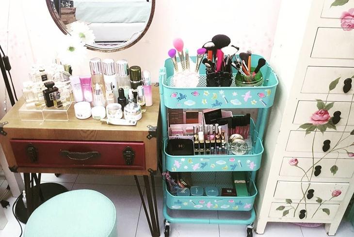 organizar maquiagem estante