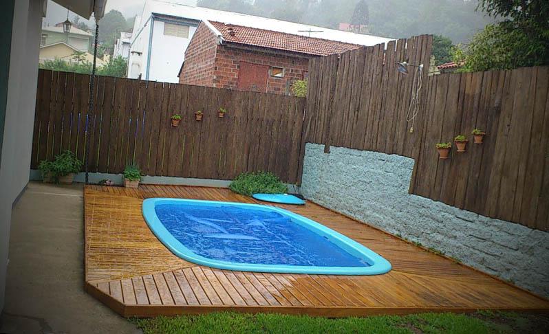 piscina pequena com deck