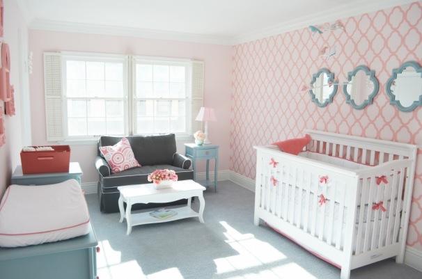 quarto bebe papel parede rosa