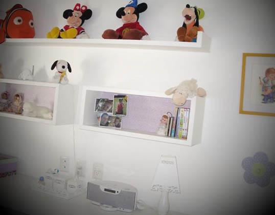 quarto com prateleiras de madeira